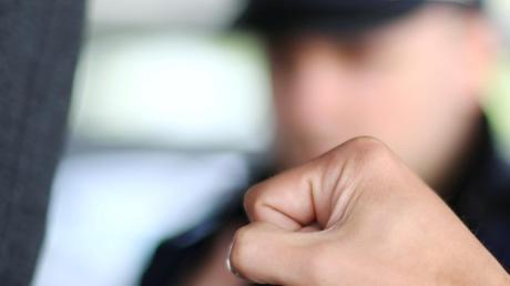 Ein Mann hat Polizeibeamten in einer Gaststätte in Gundelfingen Widerstand geleistet (Symbolfoto). Ein Polizist erlitt dabei Verletzungen.