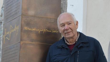 Georg Wörishofer kennt die Geschichte des Landkreises Dillingen wohl wie kein anderer. Auf dem Bild steht er vor dem Gedenkstein zu Ehren von Hans Sitzenberger neben der Gundelfinger Spitalkirche.