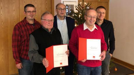 Fraktionsvorsitzender Markus Stuhler (links, hinten), Kreis- und Ortsvorsitzender Dietmar Bulling und stellvertretender Ortsvorsitzender Walter Gruber ehrten Sigmar Wunderlich für 50 und Meinrad Ludwig für 40 Jahre Mitgliedschaft in der SPD.