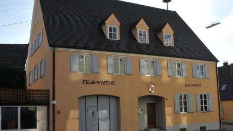 Immer noch strittig bei vielen Aislinger Feuerwehrleuten. Die bauliche Erweiterung des alten Feuerwehrgerätehauses anstelle eines Neubaus.