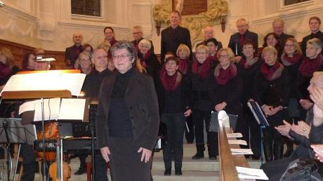 Chorleiterin Heidrun Krech-Hemminger nimmt mit ihrem Chor den dankbaren Applaus des begeisterten Publikums in der Dreifaltigkeitskirche entgegen.