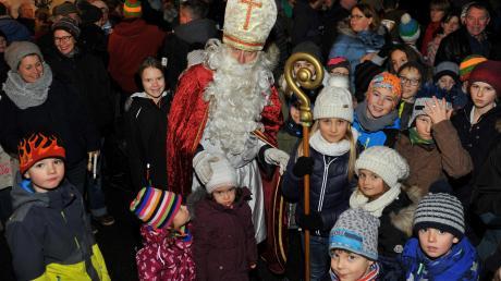 Der Besuch des Nikolauses war vor allem für die kleinen Besucher des Weihnachtsmarktes in Weisingen ein Höhepunkt.