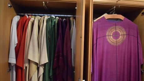 Ein voller Kleiderschrank steht in der Sakristei der Unterthürheimer Kirche. Im Advent hing das violette Messgewand vorne. Über Weihnachten wird Pfarrer Kotonski wie seine Kollegen weiß tragen.