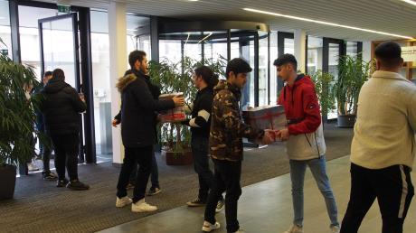 Auch Lukas Wölz und Erfan Nawrozi aus der Klasse MMB 11 der Staatlichen Berufsschule Lauingen packten mit an.