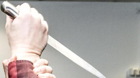 Ein junger Mann soll einem Jugendlichen mit einem Messer ins Genick gestochen haben.
