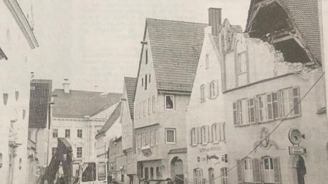 Das ging gerade noch einmal gut aus: Der Orkan Lothar hatte den Giebel des Gasthauses Sonne in Lauingen ins Wanken gebracht. Eine Minute, bevor das Mauerwerk hinab in die Straße stürzte, sperrte die Feuerwehr die Brüderstraße ab.