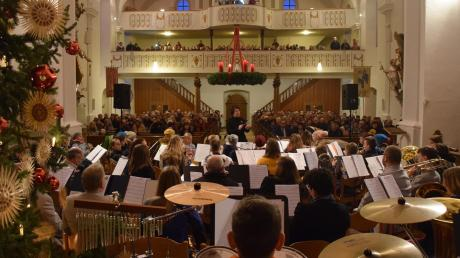 """Angela Pflüger dirigiert das Vororchester """"Junge Egau Kids"""" in der voll besetzten Pfarrkirche St. Ulrich und Martin in Wittislingen."""