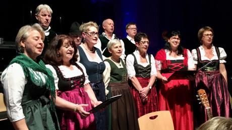 """Das Adventssingen in Syrgenstein lockte wieder zahlreiche Besucher in die Bachtalhalle. Das Bild zeigt die Gesangsgruppe """"Edelweiß""""."""