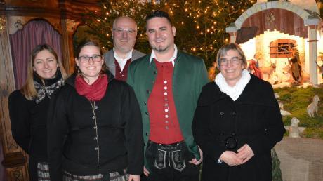 Nach dem Weihnachtskonzert in Aislingen, im Bild von links: Theresa Feistle und Elisabeth Sturm (Krippenspielkinder), Jürgen Maier (Gesangvereine), Franz Schipf (Musikverein), Annerose Sturm (Cantare).