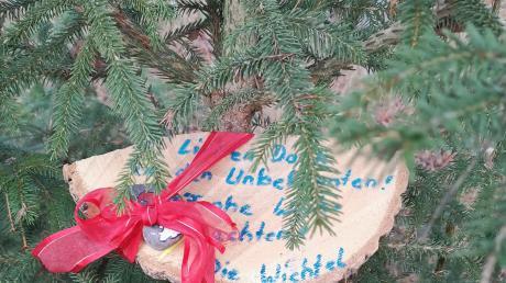 """""""Lieben Dank dem Unbekannten. Frohe Weihnachten. Die Wichtel."""" Damit bedankten sich die Bäumchenschmücker bei dem Unbekannten."""