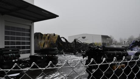 Die Nachlöscharbeiten dauerten an Neujahr bis 10 Uhr morgens: Von der Lagerhalle der Firma Zill blieb nach dem Großbrand nur diese Ruine übrig.