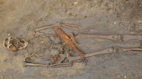 Mehrere Wochen hatten archäologische Untersuchungen an der Ortsdurchfahrt von Holzheim nach Weisingen den Autoverkehr beeinträchtigt. Mittelalterliche Knochen mit besonderem historischen Wert wurden dabei gefunden.