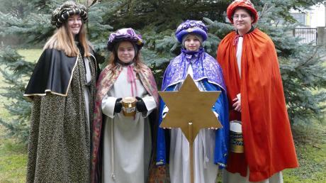 Tabea Seifried, Julia Kränzle, Simon Peter und Johanna Kränzle (von links) laufen zurzeit als Sternsinger in Gundelfingen von Haus zu Haus.