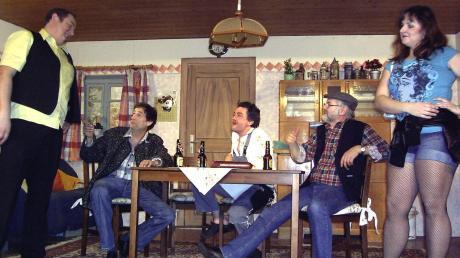 Beim Bauerntheater wird viel gelacht. Geschlechterklischees werden auf die Schippe genommen, und die Schauspieler haben Spaß, in ungewöhnliche Rollen zu schlüpfen. Aber gibt es auch Themen, die nicht auf eine Bühne gehören? Das hat sich eine Höchstädterin gefragt. Das Bild stammt von einer Aufführung im Jahr 2012 Jahren im Allgäu. Auch in der Szene sind beliebte Stereotype zu sehen, wie etwa die Bier trinkenden Männer.