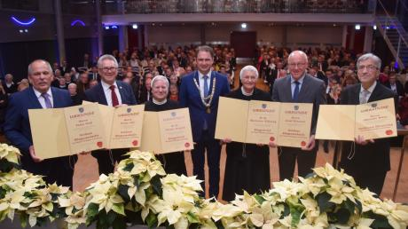 Oberbürgermeister Frank Kunz (Mitte) hat beim Neujahrsempfang Bürger geehrt, die sich um Dillingen verdient gemacht haben: (von links) Peter Graf, Franz Jall, Schwester Ulrike Megele, Schwester Marianne Willjung, Josef Kreuzer und Albrecht Witte.