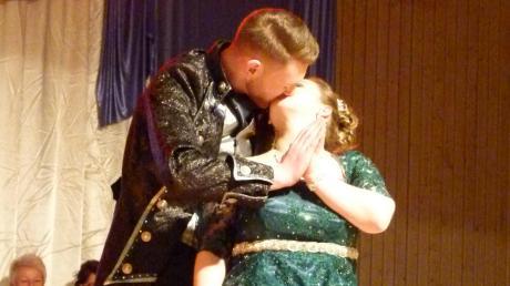 Beim Tanz des großen Prinzenpaars Selina II. und Fabian I. wird es am Ende romantisch.