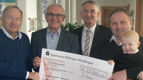 Bei der Spendenübergabe (von links): Johann Kapfer, Walter Ernst, Bürgermeister Karl Malz, Markus Kapfer mit Sohn Fabian.