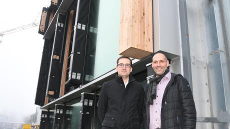 Sie verantworten bei Gartner die größte Glas-Holz-Fassade der Welt: Geschäftsführer Jürgen Wax (links) und Projektleiter Johannes Schwenk. Im Hintergrund ein Prototyp der Fassade auf dem Firmengelände in Gundelfingen.