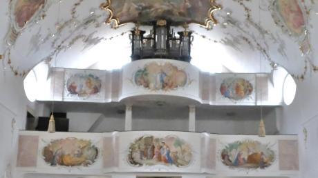 Das Bild zeigt die beiden Emporen mit sechs Gemälden von Johann Baptist Enderle. Das Kirchlein in Buggenhofen feiert in diesem Jahr 550-jähriges Jubiläum.