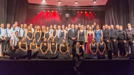 Neben Gitarristen, Posaunisten, Trompetern und mehr hat das Monday Night Orchestra auch eigene Sängerinnen. Das Bild zeigt die Band nach einem Auftritt im Jahr 2016.