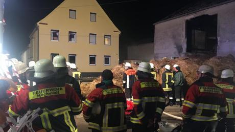 """""""Wir hatten den Brand schnell unter Kontrolle.""""In diesem Wohnhaus in der Mörslinger Straße in Deisenhofen mussten die Feuerwehrleute am Sonntagabend erneut ein Feuer löschen. Erst am Mittwoch war nebenan ein Stadel (rechts) ausgebrannt."""
