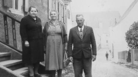 Dieses Bild zeigt den früheren Eingang in die Synagoge mit Treppen. Die Frau ganz oben ist die Mutter von Emil Veh.