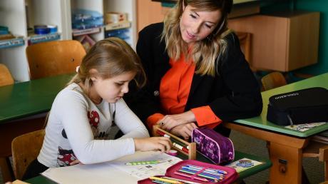 Staatssekretärin Anna Stolz informierte sich an der Höchstädter Grundschule über den Alltag der Schüler.