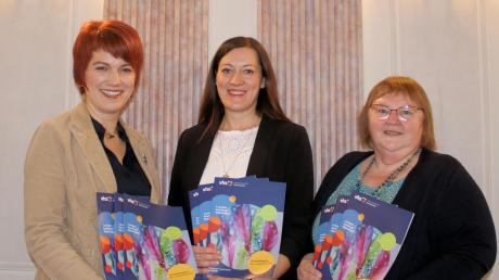 Bärbl Constroffer (Mitte) hat Anfang Januar die Leitung der Vhs Lauingen übernommen. Ihre Vorgängerin Gertrud Ehrhart (rechts) leitete die Einrichtung seit 1998. Bürgermeisterin Katja Müller bedankte sich bei beiden.