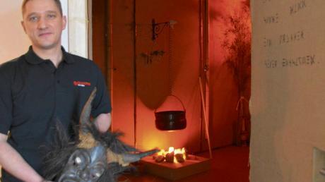 """Der Holzheimer Manuel Ninic eröffnet in Dillingen einen """"Escape Room"""". Besucher können zwischen zwei verschiedenen Themen wählen und entscheiden, ob sie lieber als Rucksacktouristen in Papua Neuguinea rätseln wollen oder in einem Geisterhaus die Spuren der Vergangenheit entdecken möchten."""