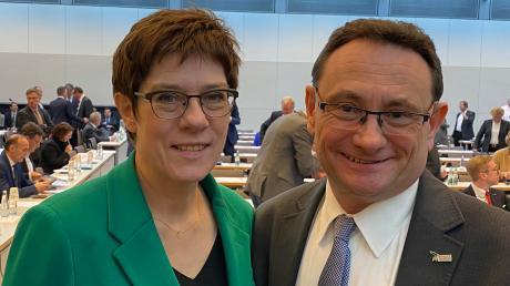 CSU-Bundestagsabgeordneter Ulrich lange hat Verteidigungsministerin Annegret Kramp-Karrenbauer zu einem Truppenbesuch in die Dillinger Luitpoldkaserne eingeladen. Die CDU-Vorsitzende will am Freitag kommen.