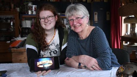 Cathryn Küppers mit ihrer Großmutter Irmgard Ketturkat in Mörslingen. Sie denken gerne an den Dreh in Köln zurück und bereuen es nicht, das Erbstück verkauft zu haben.