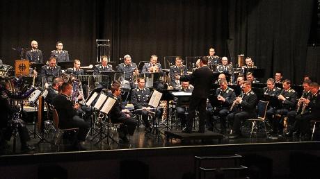 Mit 50 Mitgliedern gestaltete das Luftwaffenmusikkorps ein anspruchsvolles, aber auch mitreißendes Programm.