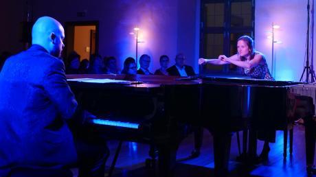 """Im Rittersaal das """"Duo Impuls"""" mit Sebastian Bartmann am Steinway-Flügel und Barbara Bartmann macht sich gerade mit bloßen Händen über den offenen Bechstein-Flügel gezielt her."""