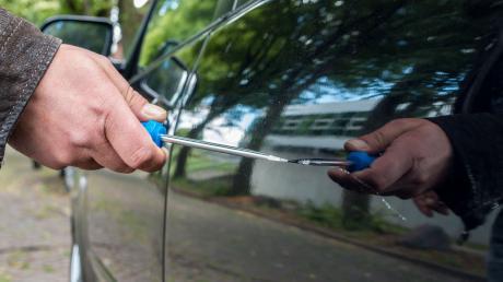 Unbekannte haben in Lauingen zwei Autos zerkratzt.