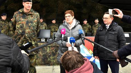 Im Mittelpunkt: Bundesverteidigungsministerin Annegret Kramp-Karrenbauer stattete am Freitag dem Informationstechnik-Bataillon 292 in Dillingen einen Besuch ab. Kommandeur Markus Krahl (links) zeigte der Ministerin den Standort. Den Besuch hatte der CSU-Bundestagsabgeordnete Ulrich Lange (rechts) eingefädelt.