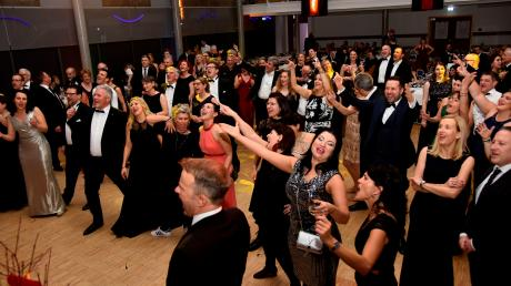 Dillingen, wie es tanzt und feiert: Die Stimmung beim Schwarz-Weißball in der Nacht zum Sonntag im Dillinger Stadtsaal war ausgelassen. Die Band Hot 'n' Cool riss die Tänzer und Tänzerinnen auf dem Parkett mit.