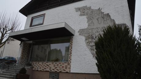 64 Jahre gab es die Metzgerei Lanzinger in Syrgenstein. Zum Jahreswechsel hat Inhaber Erhard Lanzinger das Geschäft aus Altersgründen geschlossen – vor dem Eingang hängt eine Kette. Das Geschäft war der letzte reine Metzgerei-Betrieb in der Bachtalgemeinde.