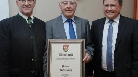 Nach der Bürgerbriefverleihung von links: Zweiter Bürgermeister Helmut Gerstmayer, Josef Lang, Bürgermeister Jürgen Frank.