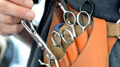Eine Tasche voller Friseurutensilien. In Wertingen beim Friseur gab es kürzlich heftigen Streit mit einer unzufriedenen Kundin.