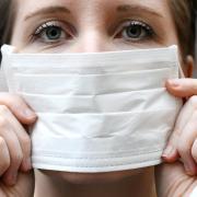 Ein Mundschutz ist sinnvoll, um andere zu schützen, wenn man selbst krank ist. Doch die Sorge vor dem Coronavirus ist übertrieben: Die Grippe greift vielmehr um sich, so hat sich die Zahl der Erkrankungen in den vergangenen Tagen stark erhöht.
