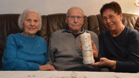 Kurt Schmidt feiert am Mittwoch seinen 100. Geburtstag. Links seine Frau Erna, rechts Tochter Annemarie Schmid.