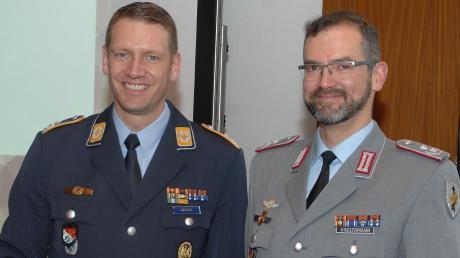 Nach der Auszeichnung mit dem Bataillons-Coin: (von links) Oberstleutnant Markus Krahl und Oberstleutnant i.G. Peter Hindermann.