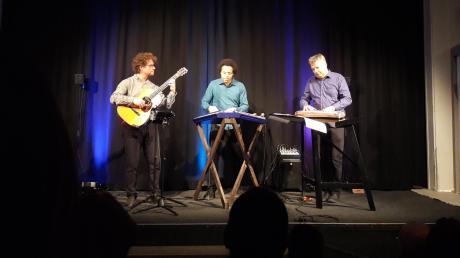 """Das Lanzinger Trio gastierte im Lauinger Stadeltheater. Der Abend stand unter dem Motto """"Welt Raum Volks Musik""""."""