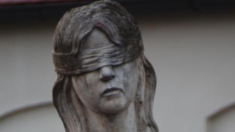 Ein Mahnmal in der Elisabethenstiftung erinnert an die psychisch kranken Frauen, die in Lauingen deportiert wurden. Der Psychiater Albert Pröller stört sich daran, dass nicht ausdrücklich auf deren Ermordung hingewiesen wird.