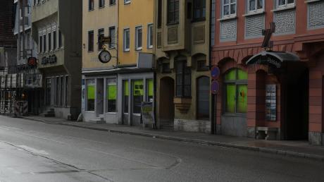 Hinter neonfarbenem Papier verbergen sich in Lauingen viele Schaufenster, nicht nur wie hier in der Herzog-Georg-Straße.