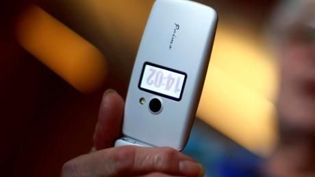 Ein Telefonbetrüger hat jetzt zwei Bürger aus dem Landkreis Fürstenfeldbruck um ihr Geld gebracht.