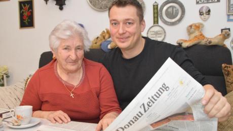 Aloisia Reich und ihr zweiter Enkel Alexander. Er hatte die Idee für den Bericht, weil seine Oma so eine begeisterte Zeitungsleserin ist. Seit 1954 gehört die Lektüre für die 86-Jährige morgens zum Frühstück.