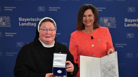 Landtagspräsidentin Ilse Aigner (rechts) zeichnete Schwester Maria Elisabeth mit der Verfassungsmedaille in Silber aus.