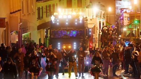 Der Dillinger Nachtumzug ist stimmungsvoll, er lockt jedes Jahr etwa 15000 Faschingsfreunde an. Für die Beamten der Polizeiinspektion Dillingen bringt das Spektakel einen Großeinsatz.