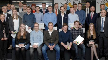 Nach der Übergabe der Preise und Urkunden. Die 15 besten Ausbildungsabsolventen an der staatlichen Berufsschule Lauingen im Kreise von Schulleitung und Ehrengästen.
